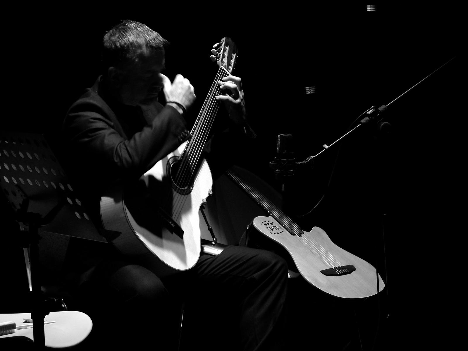 Arturo Tallini con 2 chitarre